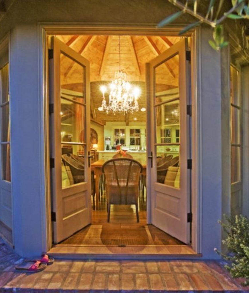 elizabeth-banks-sherman-oaks-home-doorway-052218