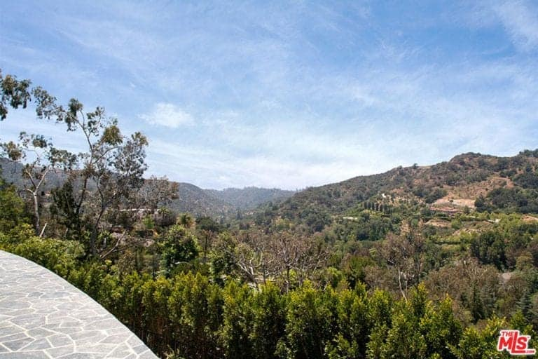 The home also offer stunning views of the beautiful Los Angeles canyons and its beautiful skies.