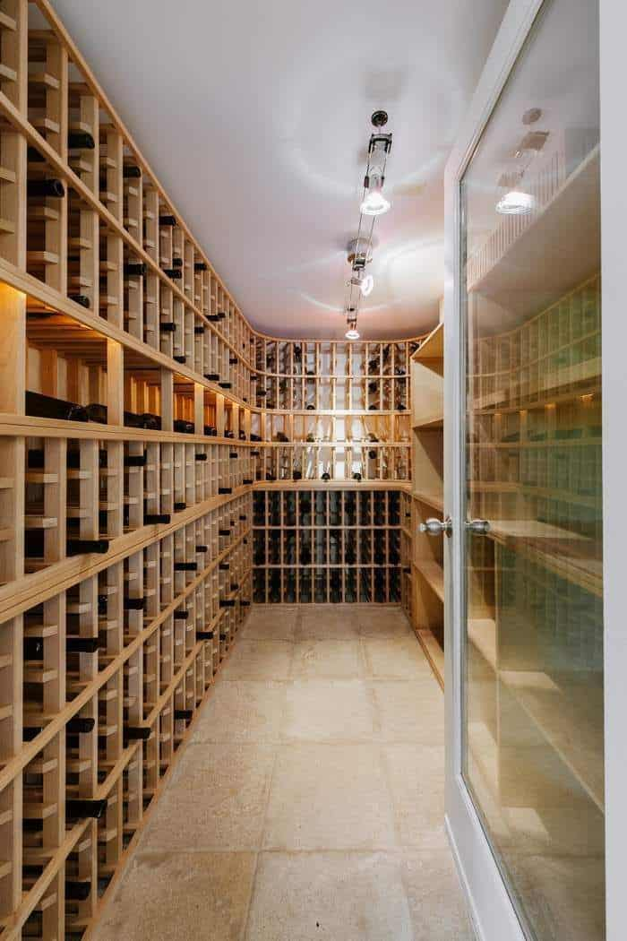 This wine cellar can accommodate up to 1000 bottles and is temperature-controlled type to keep the wines fresh.