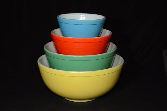 Colorful, vintage mixing bowls inf four different sizes.