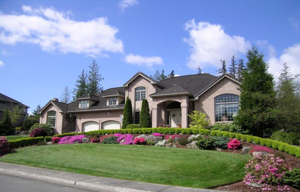 I love the sloping u-shaped driveway bordered with box hedge and gardens. It's a very nice design and makes for a fabulous entrance to this home.