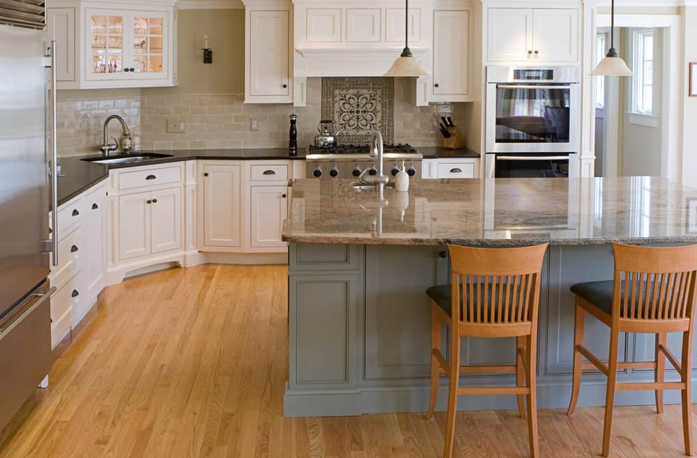 At first glance this is a plain kitchen with a minimalist vibe to it, but sadly the wood chosen for the flooring is too light. I like the green and white color combination, but the light wood steels all the other design elements in this kitchen.