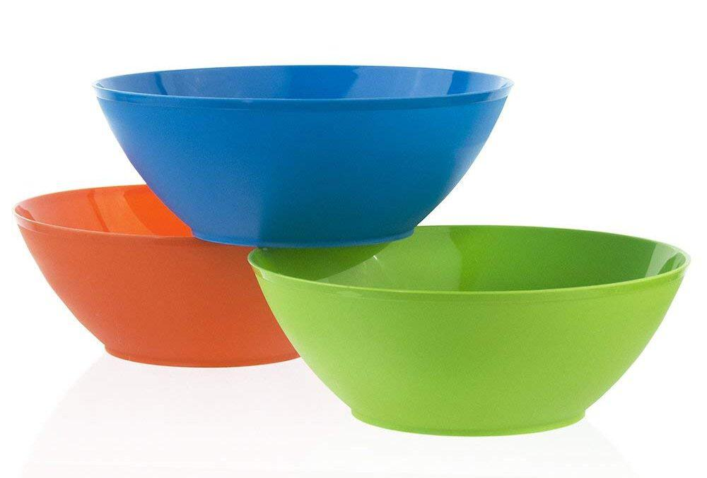 Fresco 10-inch plastic mixing and serving bowls in three assorted colors that are great for serving salad, popcorn, chips, dips, condiments, and many other appetizers.