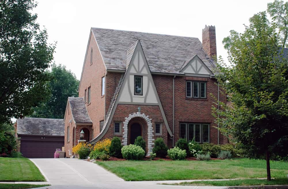 Here's a red brick home that's not a mansion or some super expensive home. This is still a gorgeous home even if it's a bit smaller than others featured here.