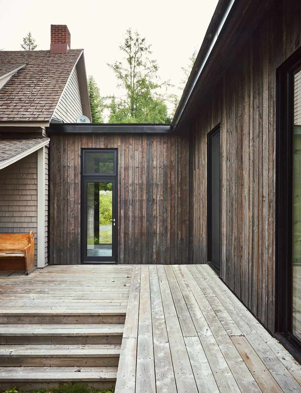 Traditional deck featuring a corner bench seating.