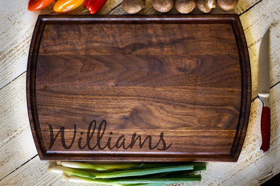 Personalized chopping board made of walnut wood.