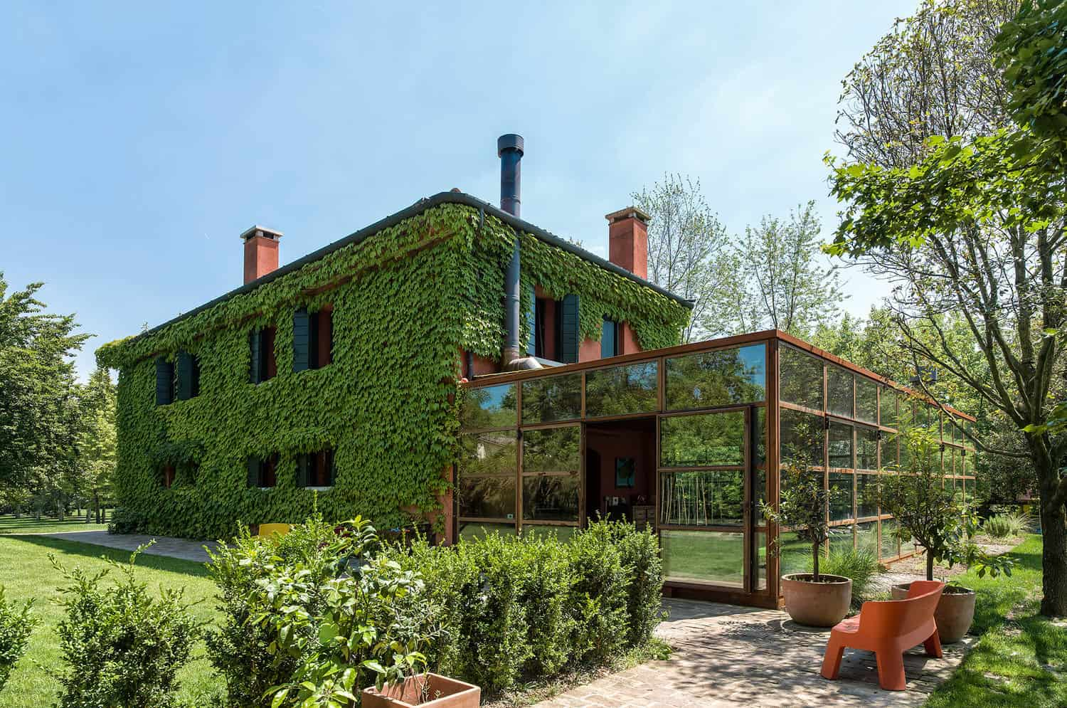 Awesome country house in Italy covered in ivy