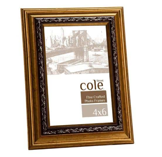 Bevelled picture frame made of gold-painted wood.