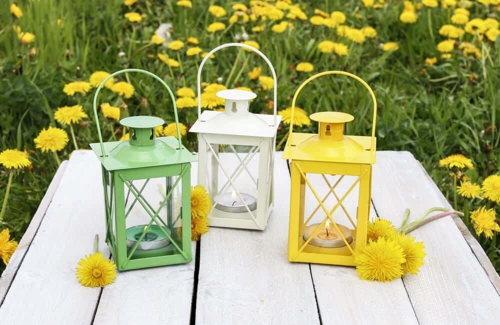 Outdoor table lamps in white, green and yellow.