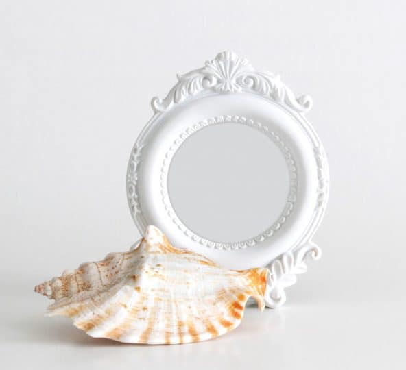 Beach-themed, small and round picture frame in White.