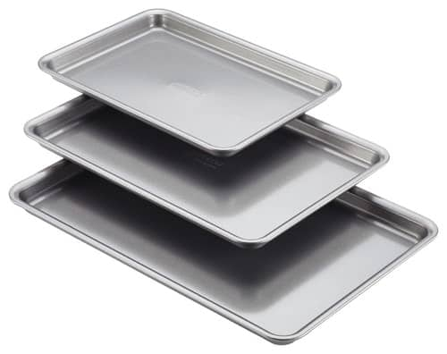 Metallic set of sheet pans.