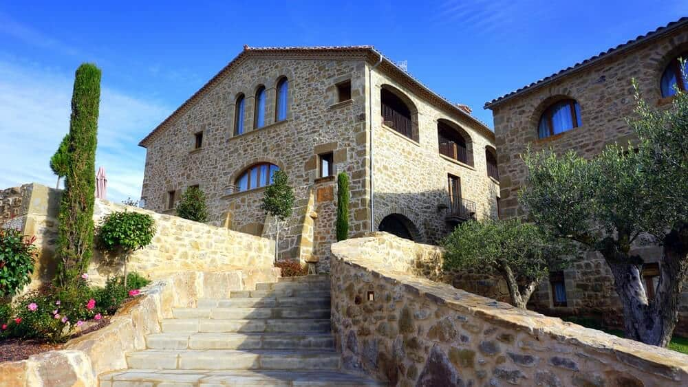 Stone houses with this kind of appearance are often seen in movies taken in Tuscany. They are huge and spacious but does not have many details, just the placement of stones. These kinds of houses are usually built on high areas that's why a stairway is essential.
