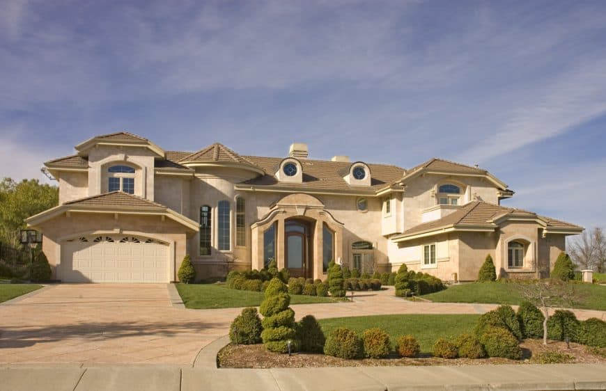 Picture of a u-shape driveway in front of contemporary mansion