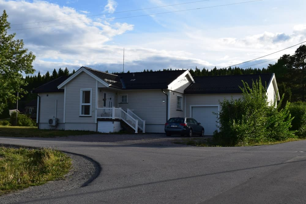 Luxurious mansion the three attached sub-units and asphalt driveway.