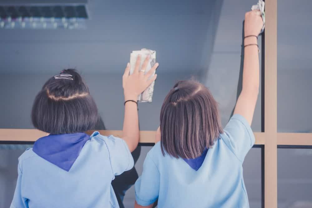 Nettoyer les vitres avec du journal pour remplacer le sopalin