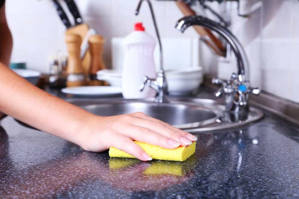 L'éponge permet essuie et absorbe aussi bien que le sopalin