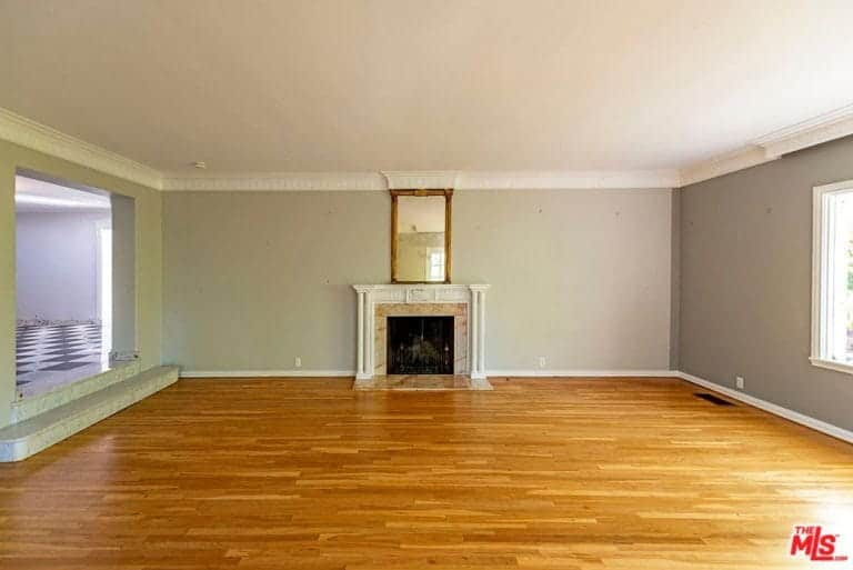 The house features laminated flooring for many rooms and has a fireplace.