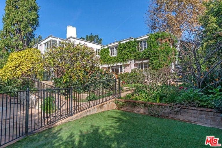 The house's outdoor features stunning greenery and beautiful walkway.