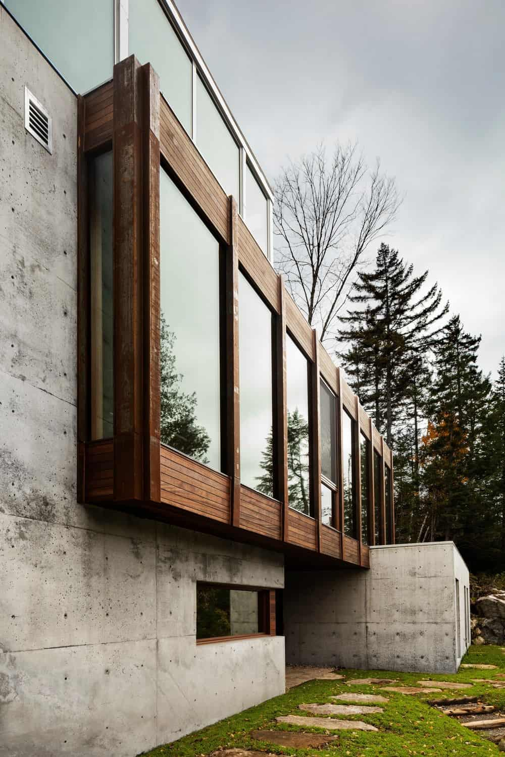 Concrete and wood exterior house by yh2