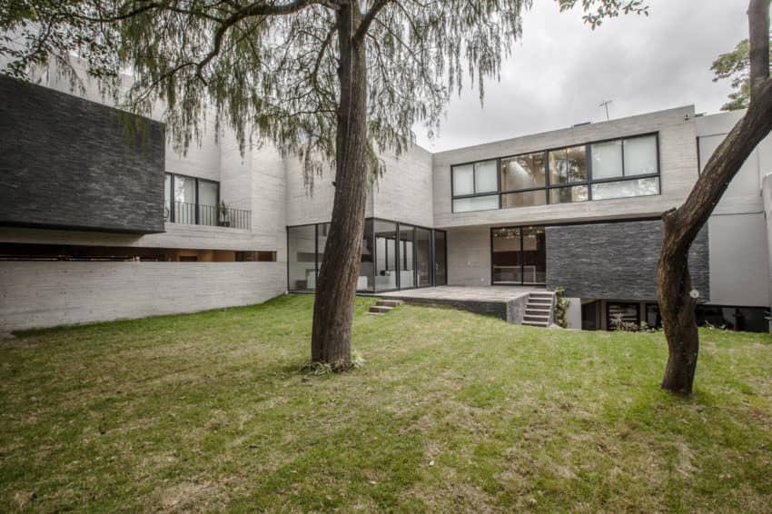 Renovated concrete house by Miguel de la Torre Arquitectos