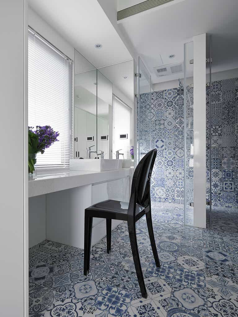 This bathroom has a very unique appearance, thanks to its blue-on-white printed tiles. The Bohemian Blue bathroom looks more like a salon than a bathroom. It's a perfect choice for a refined lady.