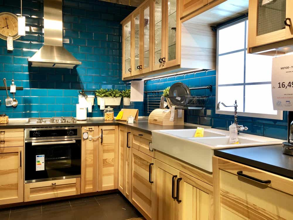 The beautiful golden color of the wooden fixtures is enhanced by the peacock blue walls, which echo the colors of the still Mediterranean waters. This bright and cheerful kitchen is certainly not lacking of color.