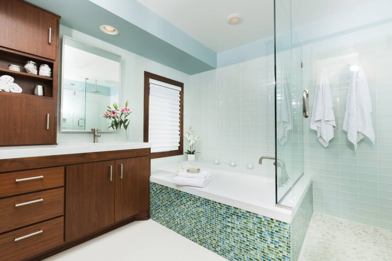 This bathroom uses blue colors that taper more towards the shadowy side. The several pots of fern plants are a refreshing, lively addition to the predominantly white, indigo, violet, silver and sapphire shades of the bathroom.