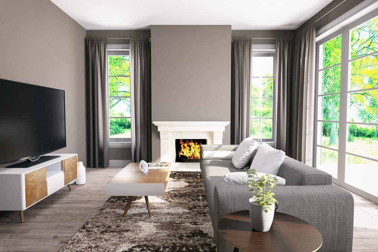 Минималистичная гостиная, свободная от беспорядка, пропускает много естественного света.