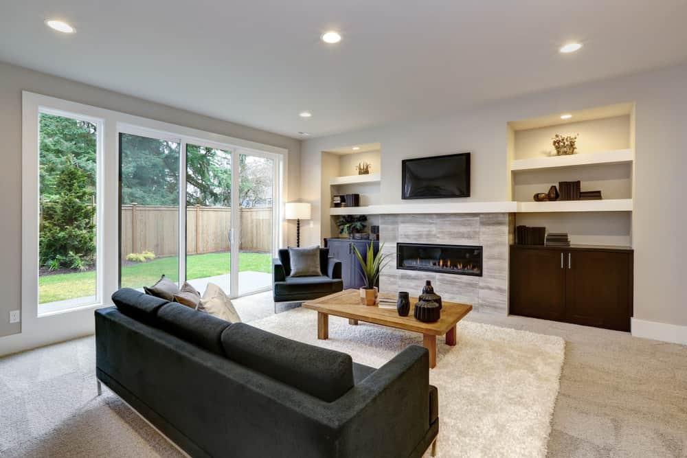 Простая, но стильная гостиная - это чистые линии, низкий уровень беспорядка и естественное освещение.