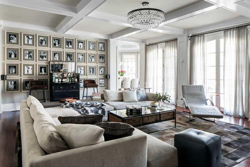 Семейный номер «Серебряный экран» с его стеной из монохромных фотографий напоминает атмосферу 1930-х годов.