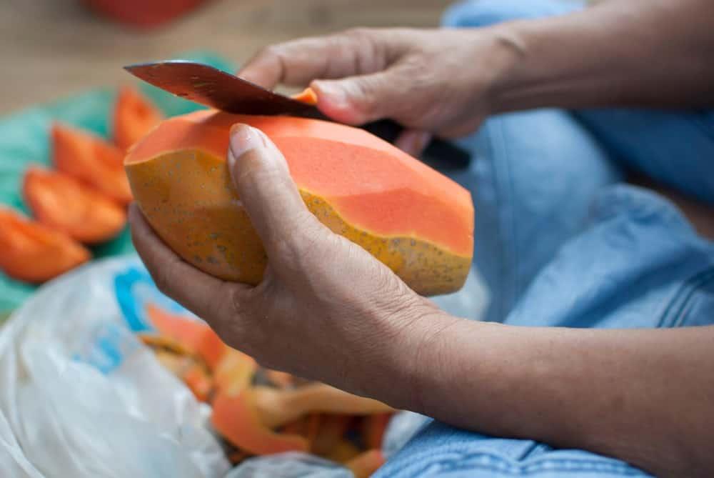 Peeling sweet papaya