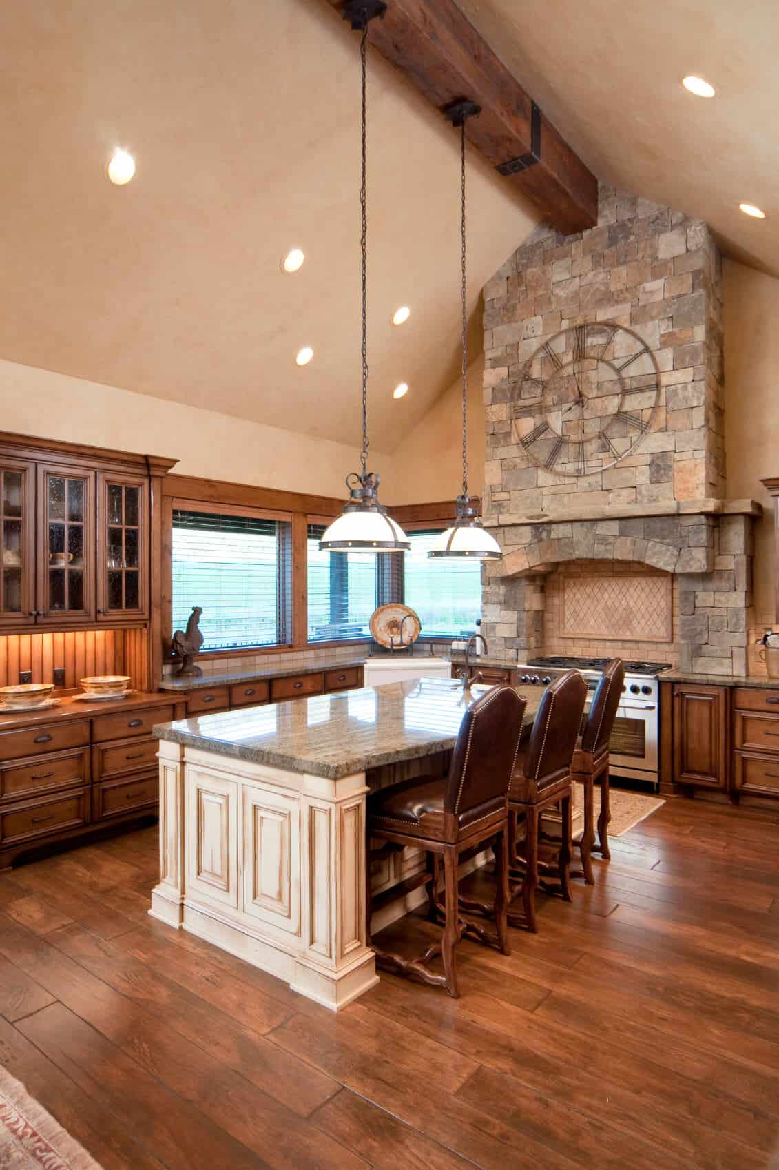 Doesn't look like a residential kitchen, does it? The center of attraction in this majestic kitchen is, without doubt, the brick vent hood with the enormous clock piece. The floor is two-tones whereas ceiling and central light are carefully placed to give this kitchen a true country atmosphere.