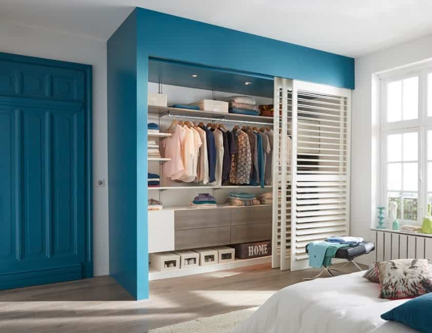 This is the perfect closet for an attic with hip roofs. This free-form closet has made the most of the small space in such a way that there is plenty of space in its drawers and shelves. What's more, it is located next to a small skylight that lets in plenty of natural light and makes the room seem bigger.