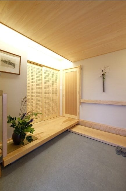 This Japanese-inspired small foyer looks so beautiful and relaxing. The white walls and light finished wooden details are all gorgeous.