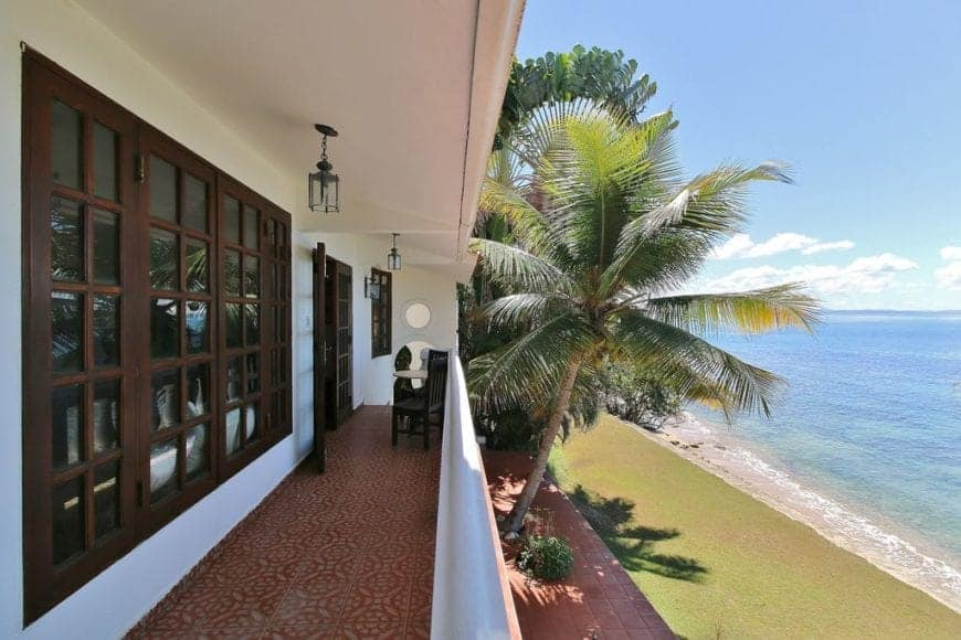 With an opening right in the front, this design is extremely simple, with dark brown windows at the back, creative red-brown designed flooring and coconut trees on the side giving it a pretty touch.