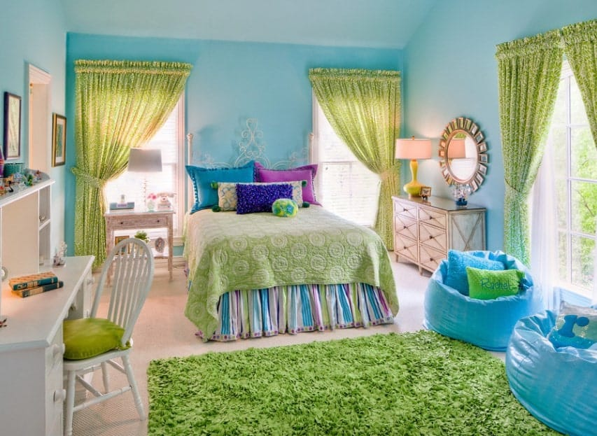 The blue and green color combination of this girl's bedroom looks absolutely stunning and perfect with each other.