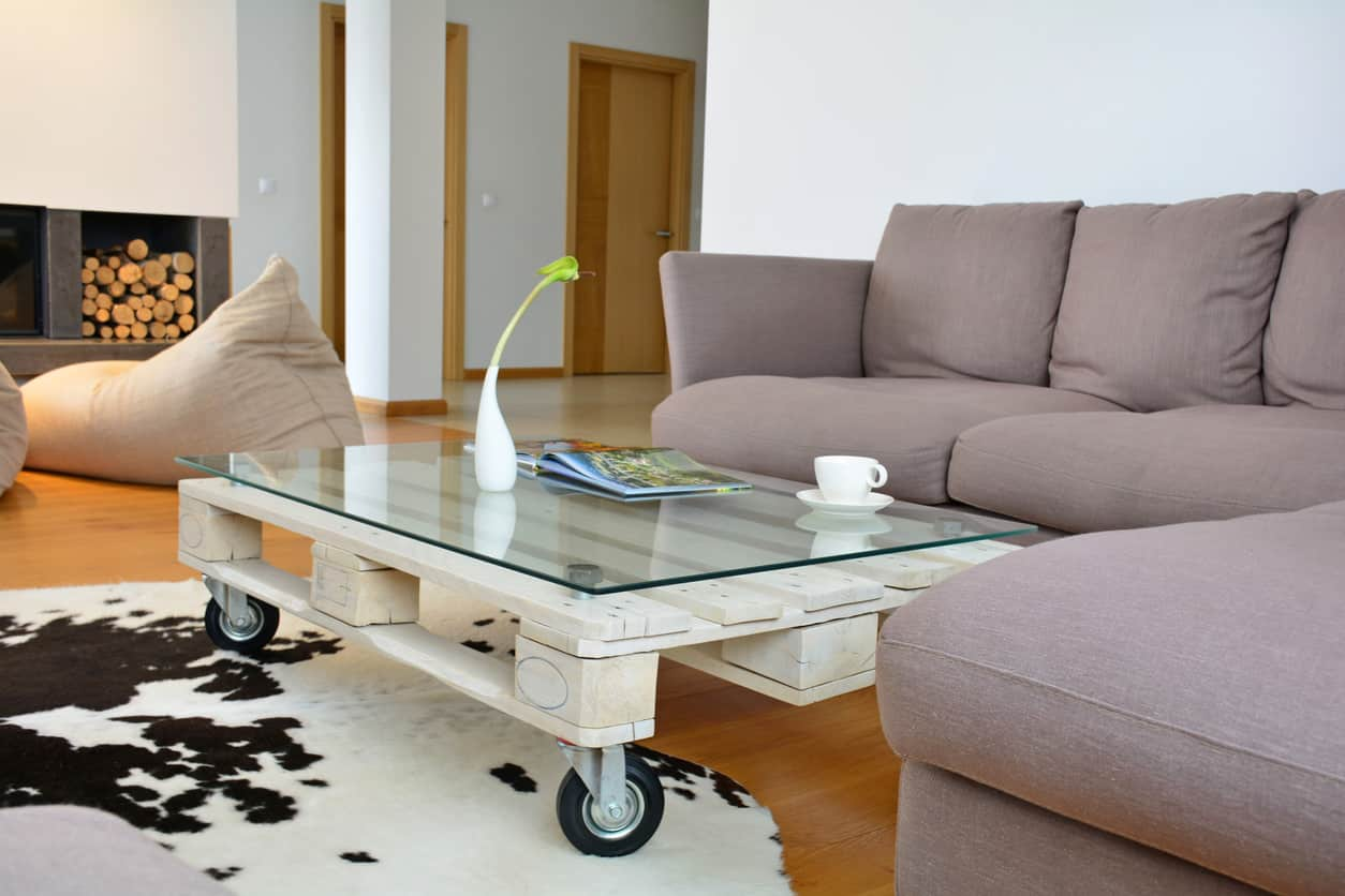 Light-weight simple sofa seat height pallet coffee table on wheels with a glass top