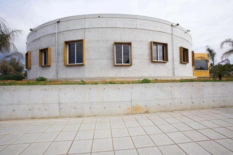 Round concrete house by Vardastudio Architects & Designers