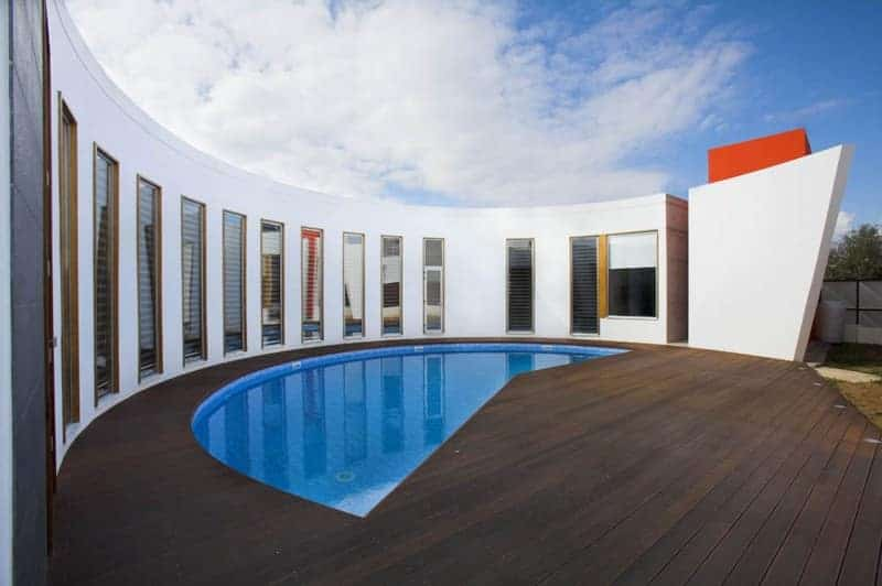 Round house with semi-circular swimming pool by Vardastudio Architects & Designers