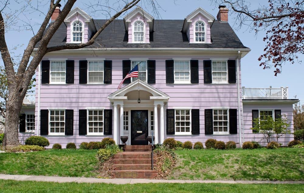 Light purple house exterior color example - Pantone 263