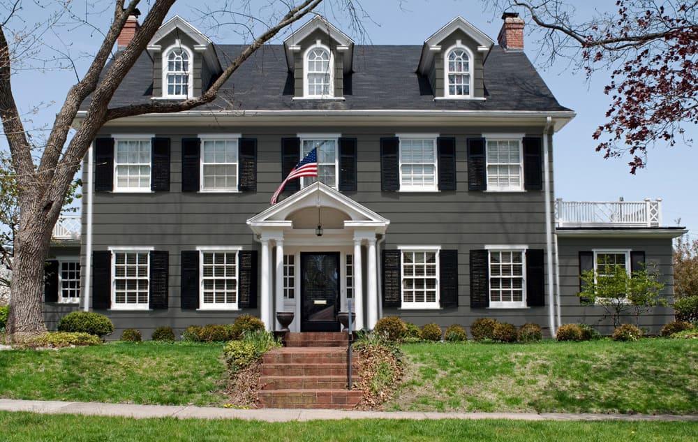 Dark gray house exterior color example - Pantone 425