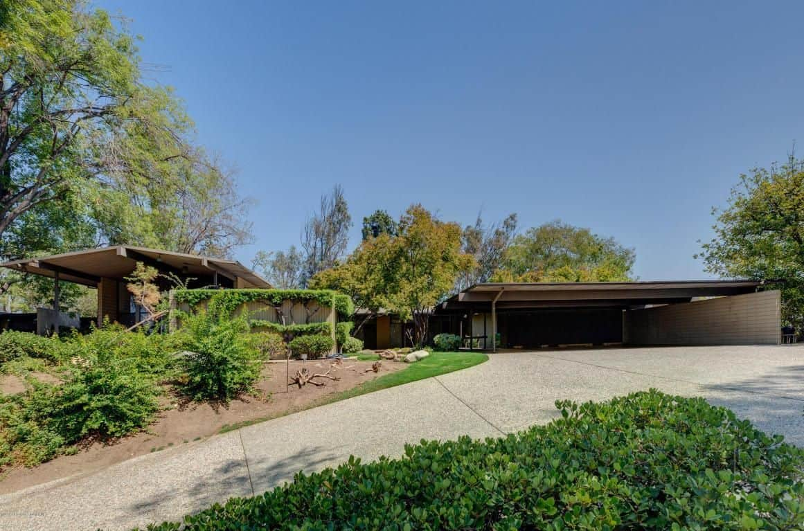 A sprawling Mid-century modern mansion of Meryl Streep, which boasts a large courtyard filled with plants and trees.