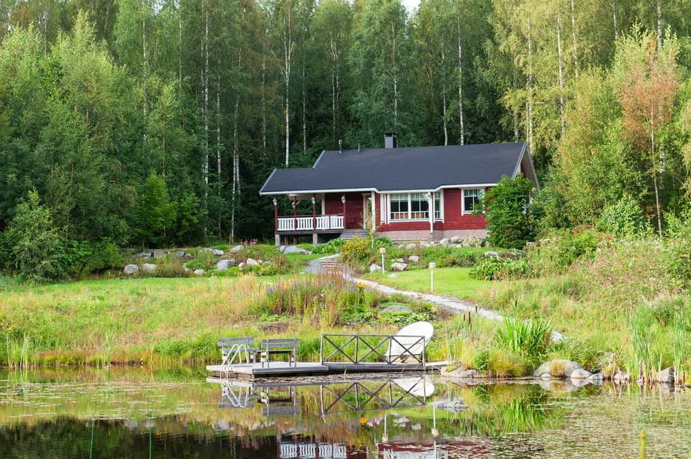 This charming lakeside home makes the most of its naturally beautiful surrounding with a Scandinavian-Style landscape that accents the natural beauty rather than clash with it. There is a small walkway from the house down to the lakeside floating wooden platform with attached wooden benches.