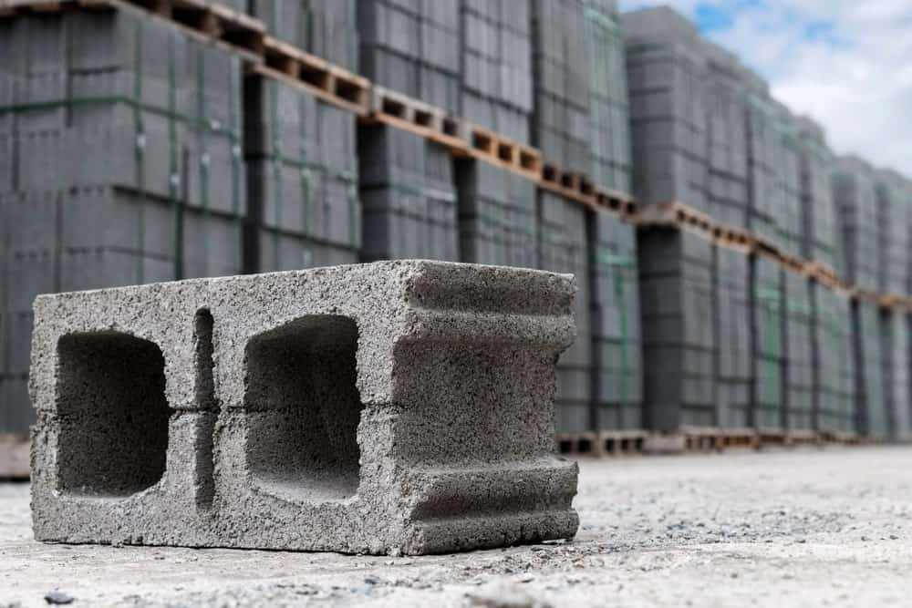 Concrete corner block with plain one end