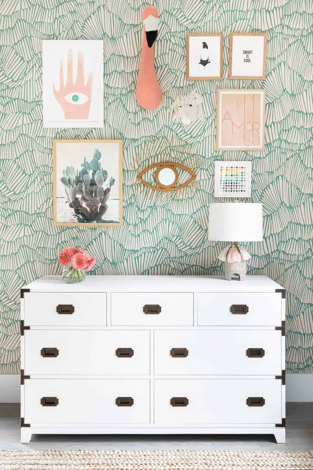 A close up look at the kids' bedroom's charming wall design with lots of wall decors on display.