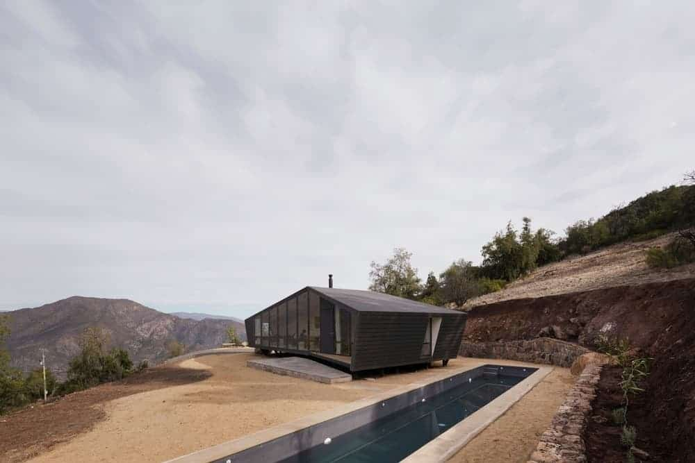 A mountaineers refuge black home that offers a panoramic view of the breathtaking landscape.