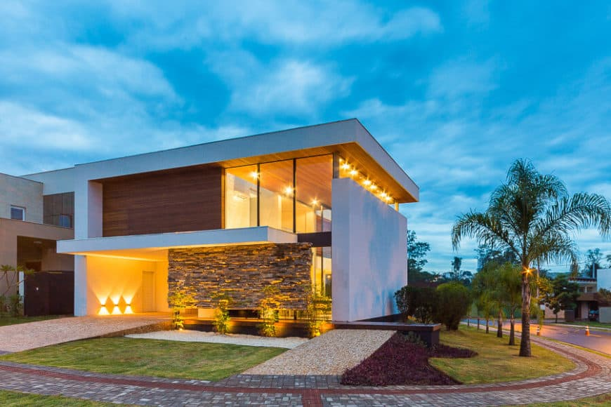 This contemporary house boasts a spectacular garden and exterior designs, along with beautiful indoor lighting.