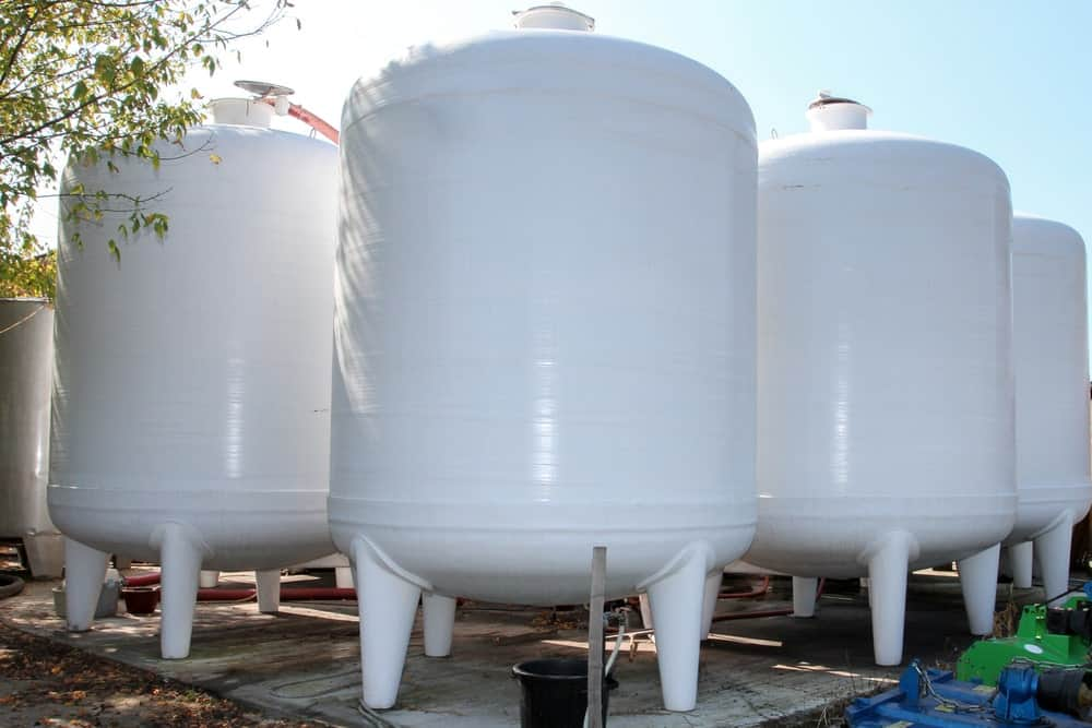 Tanks made up of corrosion-resistant fiberglass