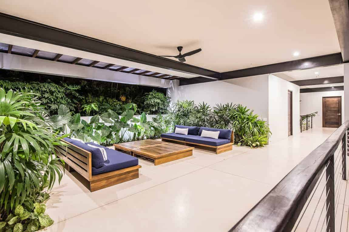 This is a beautiful indoor landscaping that is in the Tropical-style aesthetic that works well with the light beige flooring tiles, ceiling and walls. These walls make the various tropical plants stand out with their dark green leaves that complement the wooden outdoor furniture.