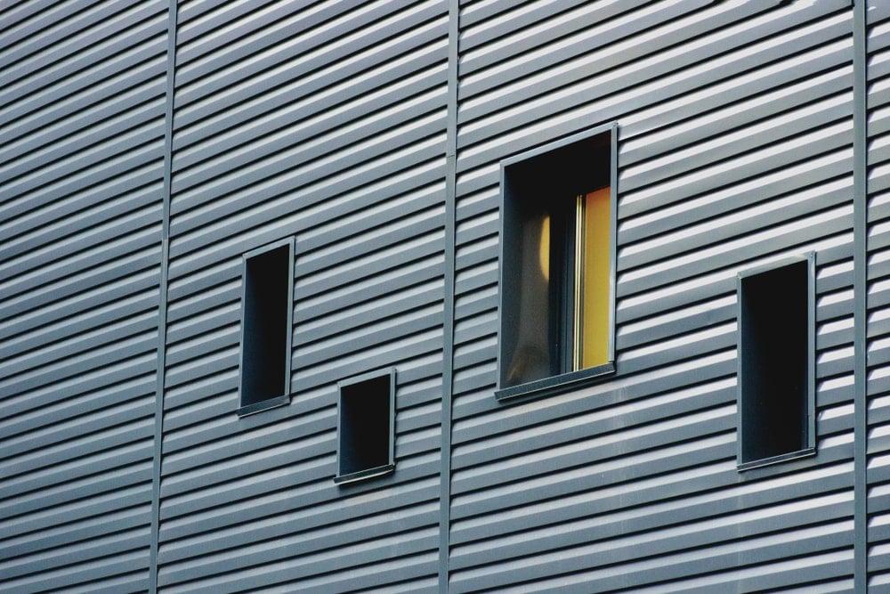 Cận cảnh vách nhôm trên một tòa nhà.